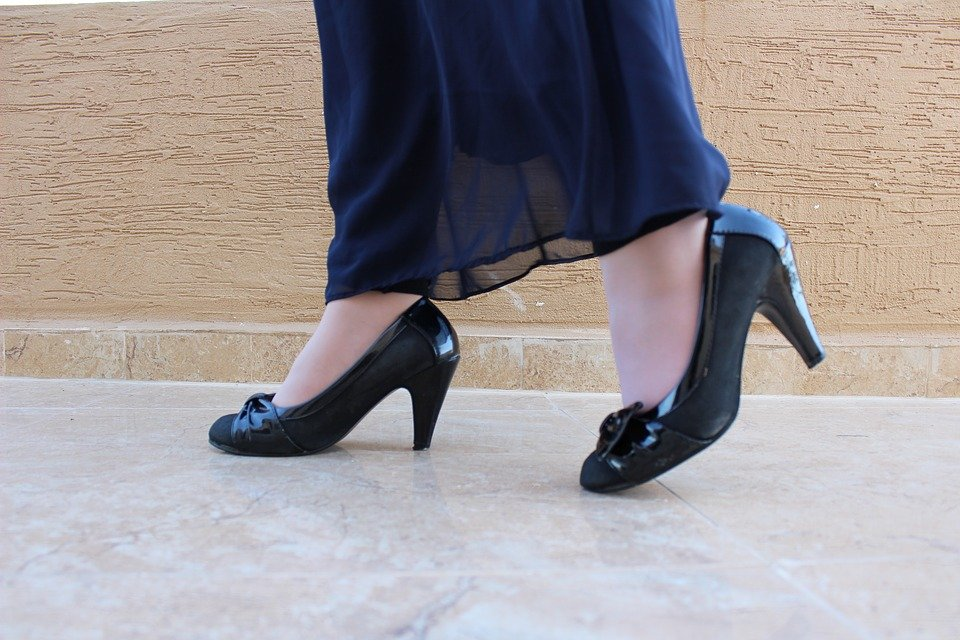zชิปปิงจีน เดินอย่างมั่นใจด้วยรองเท้าส้นสูง